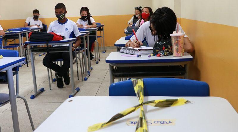 Estudantes e professores tiveram que lidar com inúmeras dificuldades envolvendo o uso da tecnologia
